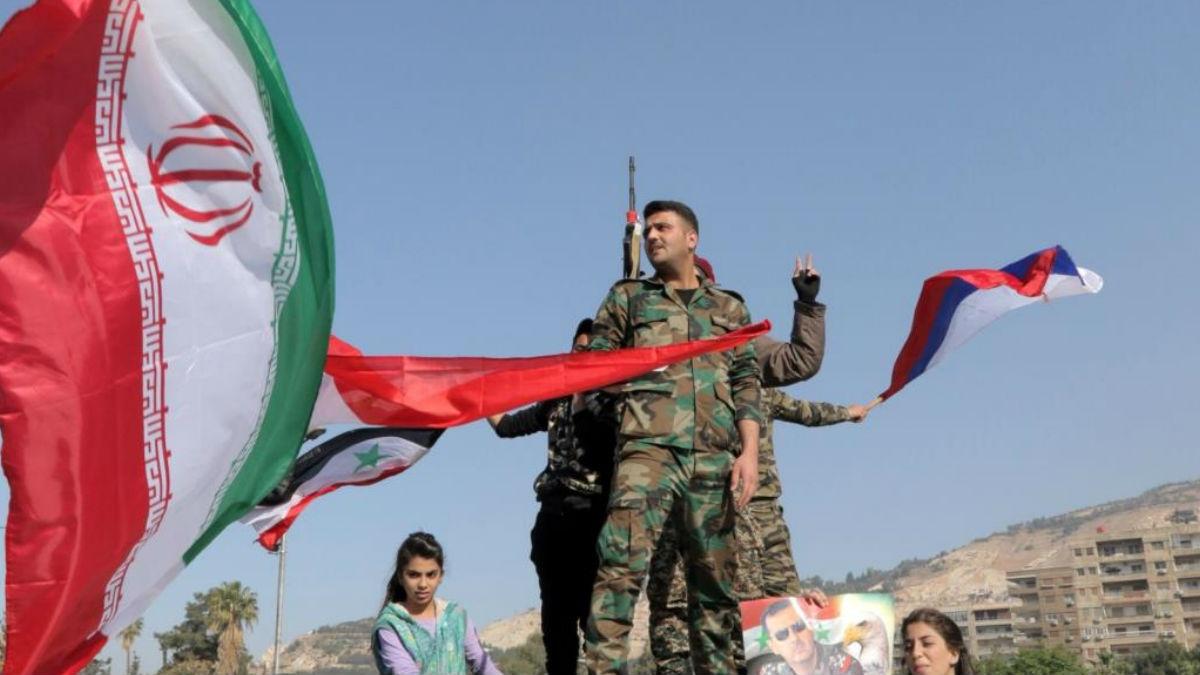 جنود سوريين مع العلم الإيراني والعلم الروسي